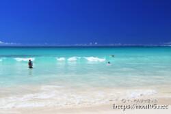 打ち寄せる波と遊ぶ人々-渡口の浜-