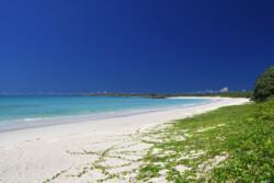 ゆるやかなカーブを描く砂浜-渡口の浜-