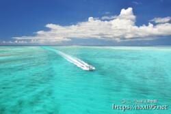 池間ブルーの海を疾走するボート