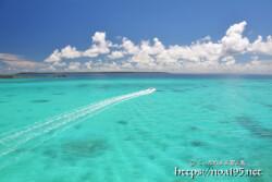 池間ブルーの海を横切る波の軌跡