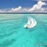 真っ白な波の軌跡を残して走るボート