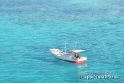 池間ブルーの海に浮かぶ漁船