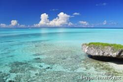 池間ブルーの海と入道雲