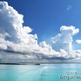 池間ブルーの海に浮かぶ入道雲