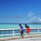 池間大橋の上で釣りをする子供達