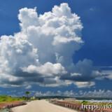 道の先に浮かぶ巨大な入道雲