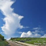 入道雲と上にのびる雲